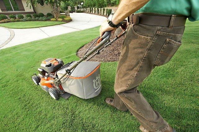 Gartenarbeiten im privaten Bereich - Rasenmähen durch